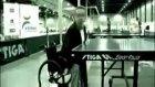 kolsuz adam süper masa tenisi oynuyor