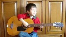 5 Yaşında Gitar Çalarak İngilizce Şarkı Söylüyor