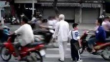 Trafikte Karşıdan Karşıya Nasıl Geçilir