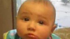 bebeğin yüzü yemek yerken binbir şekle giriyor