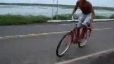 Bisikletiyle Nehre Atladı