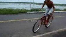 bisikletiyle nehre uçtu!