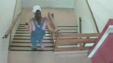 Kadın Merdivene İşedi