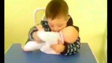 bebiş,ağlayan bebeğini öperek susturmaya çalışıyor