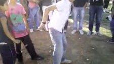 2 Çocuğun Apaçi Dansı Kapışması