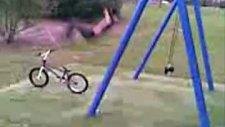 salıncaktan bisiklete başarılı atlama!