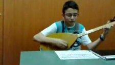 Kuruoğlu Müzik Evi Öğrencisi Bağlama Çalıyor