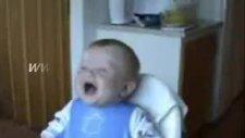 gülen bebek çok komik video izlemelisiniz
