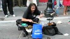 Yetenekli Baterist Sokakta Şovunu Yapıyor