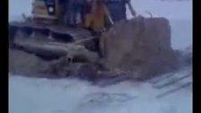 buz üstünde buldozer gömülüp kayboldu