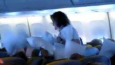 uçakta yastık savaşı