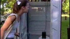 wc'de kapıyı tutmanızı isteyen bir kız olsa ne yap