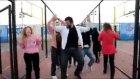 üniversiteli öğrencilerden apaçi dansı