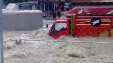 kadıköy sel baskını arabaların sürüklendiyi anlar