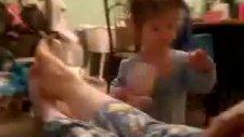 ayak kokusuna bayılan bebek