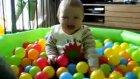 Toplarla Oynayan Neşeli Bebek