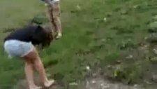 Bumerang Kızın Kafasına Çarpıyor