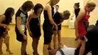 kızlar bacaklarını açtı erkekler arasından geçti