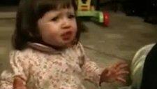 bir kaşık greyfurt suyu içen kız çocuğu çok komik