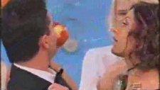 Elma Yiceklerbirbirlerinin Dudaklarına Yapıştılr