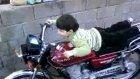 motor süren çocuk