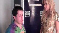 Shakira Ve Taklitçisi Bir Araya Geldiler