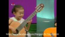 Kendilerindenbüyük Gitarlarla Şov Yapıyorlar.