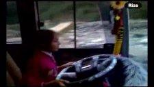 10 yaşında servis kullanan küçük kız