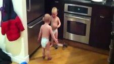 birbiriyle konuşan ikiz bebekler