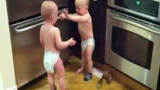 ikiz bebelerin çorap kavgası