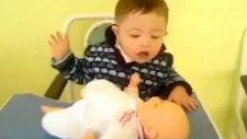 ağlayan oyuncak bebeğe annelik yapıyor