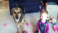 Balon Patlatan Köpeğe Gülen Bebek