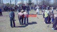 Esence Kasabasında Apaçi Dansı