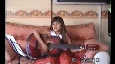 Gitarist Gizem Çok Uzaklarda