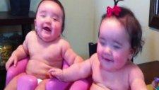 İkiz Bebekler Gülüyor - Ağlıyor - Gene Gülüyor