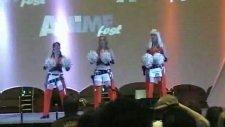 mandy ve arkadasları ponpon kız dansı yapıyor