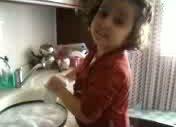 Küçük Kız Bulasik Yıkıyo