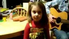 Müthiş Sesli Minik Kız