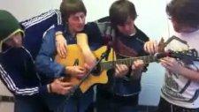 1 gitarı 4 kişi çalıyor