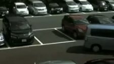 tek arabalık yere iki araba park ediyor
