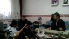 Metin İşık Evinde Müzik Çalışması Yapıyor 2011