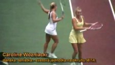 caroline wozniacki ve dominika cibulkova kortta dansediyor
