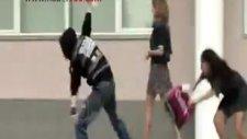 kadın çantasını çalan adamı kovaladı ve