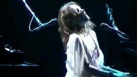 tori amos-houston-04-27-03 11 wrapped around your finger