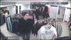 hırsızların soyunma kabinindeki çantayı çalması kameralara takıldı