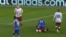 aston villa maçında drogba rakip oyuncunun üzerine çıktı