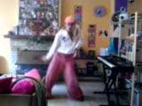 bu kız çılgın dans ediyor :o