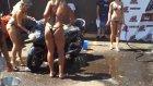Bikinili kızlar motorsikletler yıkıyor