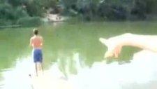 Ava giderken suya düşen kız