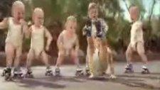 bebeklerin kolbastı şovu
